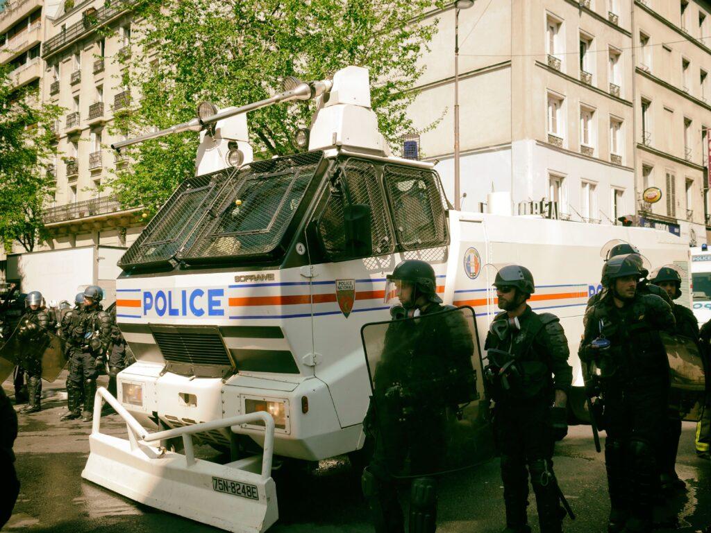 Extrême tension politique et sociale en France…